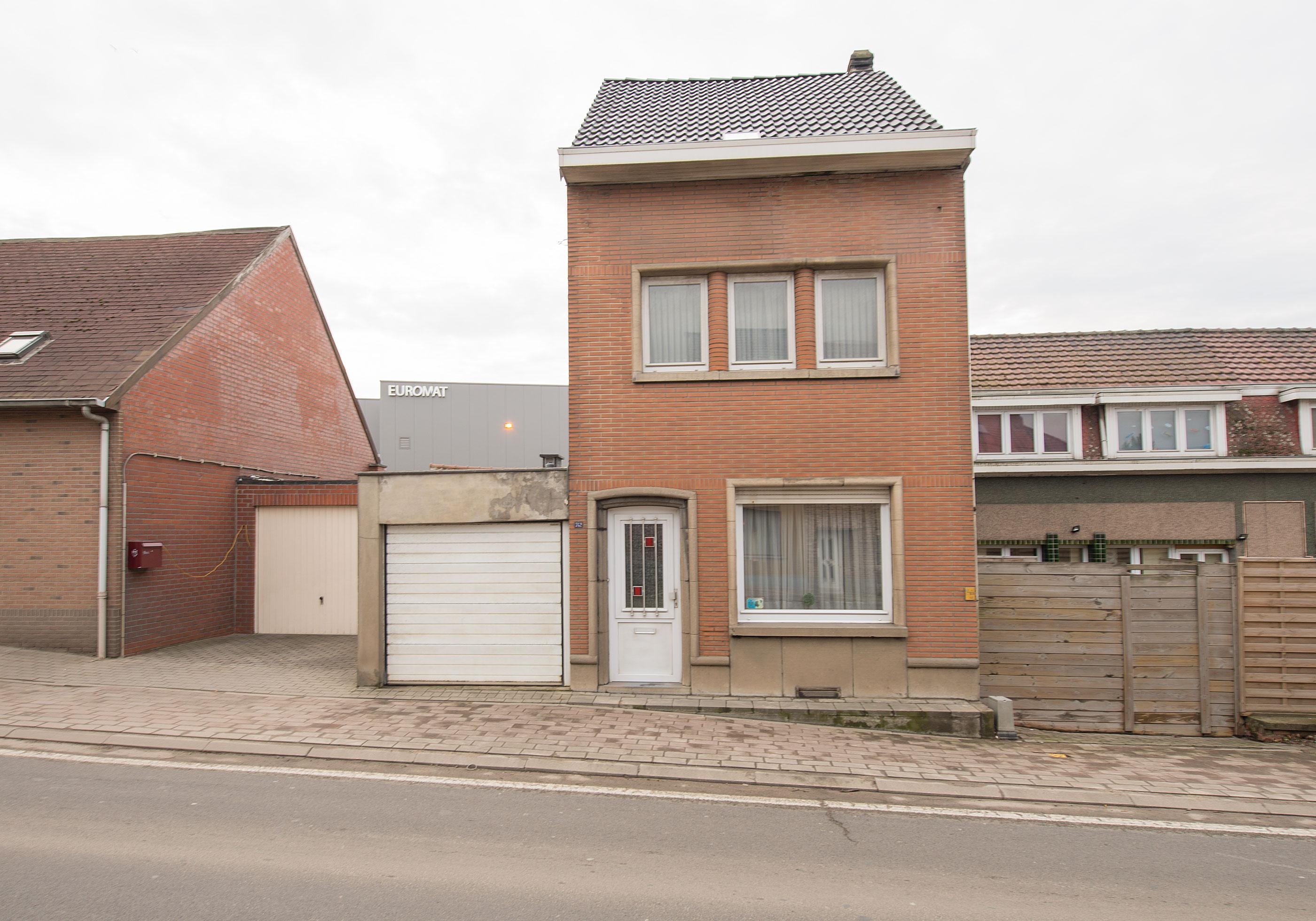 Bergensesteenweg 742,  Sint-Pieters-Leeuw