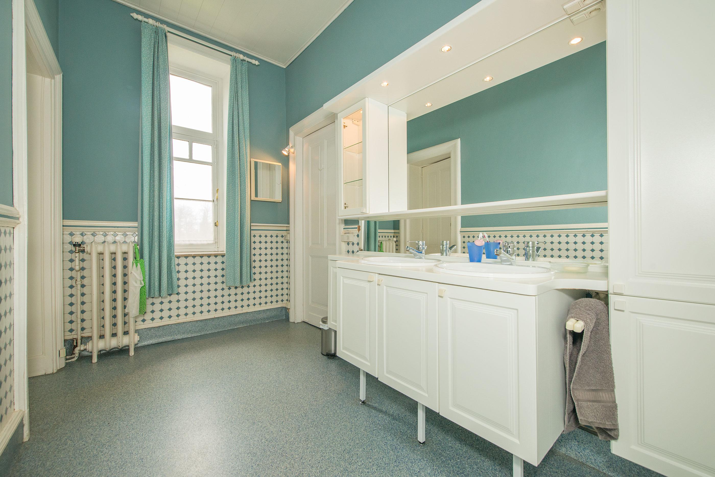 Woning 4 gevel in quenast te koop aanbod berth immobili n - Badkamer met parketvloer ...